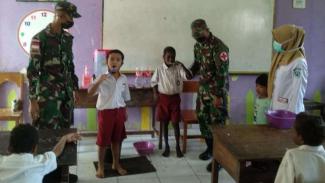 VIVA Militer: Prajurit Yonif 125/SMB Edukasi Menyikat Gigi di Perbatasan Papua