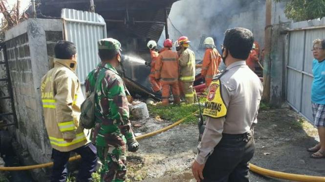 Gudang kabel PLN di Kalideres terbakar