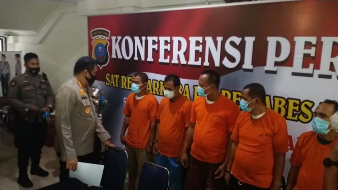 Para tersangka pesta narkoba diamankan aparat kepolisian Medan.