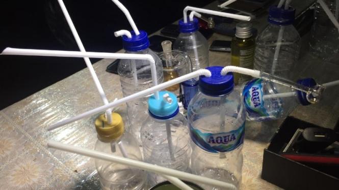Puluhan bong alat hisap sabu yang dirakit dengan botol minuman kemasan.
