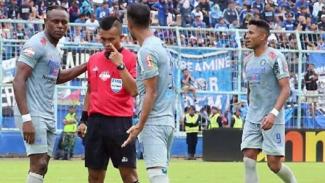 Wasit Aprisman Aranda saat memimpin laga Arema FC vs Persib