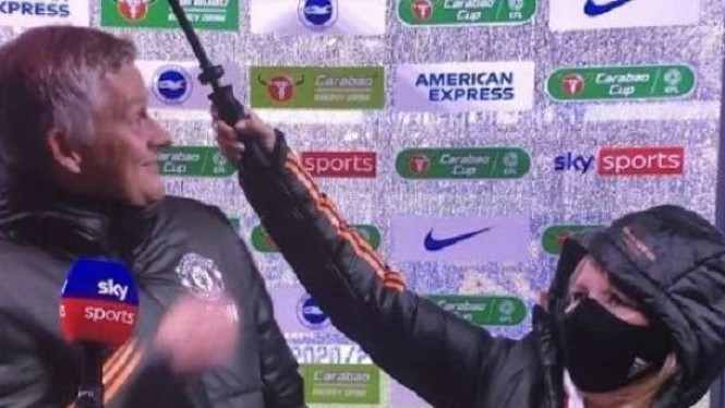 Manajer Manchester United, Ole Gunnar Solskjaer saat dipayungi oleh asistennya