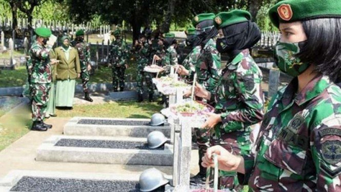 VIVA Militer: Panglima Kodam Jaya saat ziarah kubur ke TMP Kalibata.