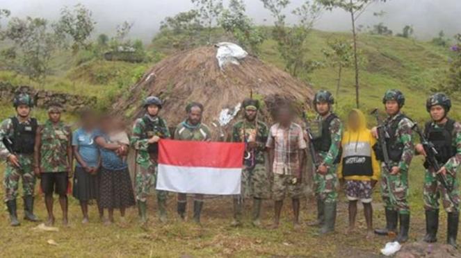 VIVA Militer: Prajurit Satgas Yonif Raider 323/BP bersama Tenius.