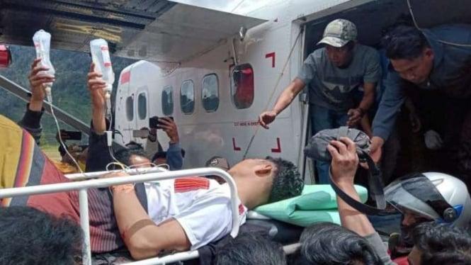 Ilustrasi korban penembakan Kelompok Kriminal Bersenjata (KKB) ditandu menaiki pesawat saat evakuasi di Intan Jaya, Papua.