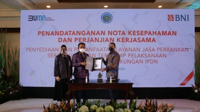 (Ki-ka) Wakil Direktur Utama BNI Adi Sulistyowati, Direktur Hubungan Kelembagaan BNI Sis Apik Wijayanto, dan Rektor IPDN Hadi Prabowo pasca penandatanganan Nota Kesepahaman (MOU) dan Perjanjian Kerja Sama (PKS) program Smart Campus IPDN di Jakarta.