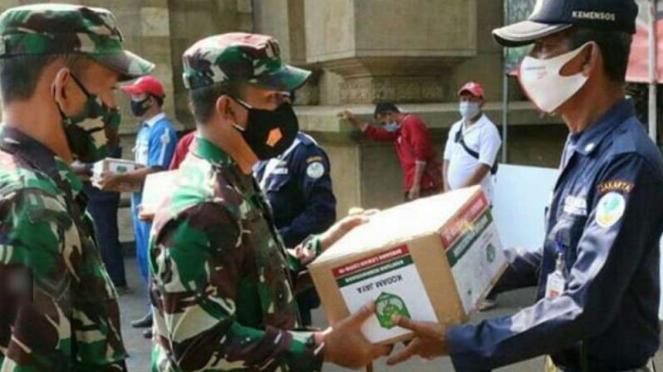 VIVA Militer: Komandan Kodim 0504/JS, Kolonel Ucu Yustiana  serahkan sembako.