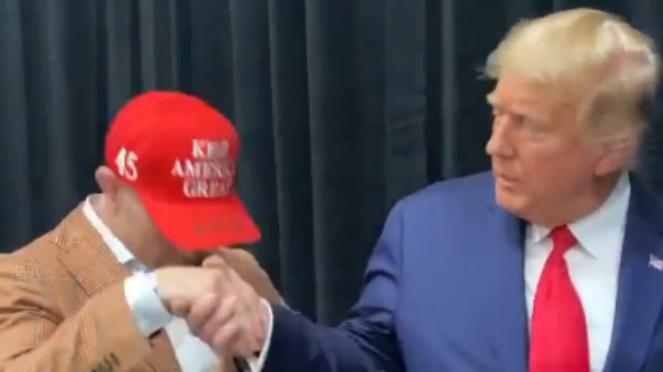 Petarung UFC, Colby Covington, cium tangan Donald Trump