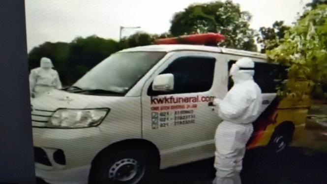Ambulans pengangkut jenazah COVID-19