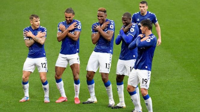 Pemain Everton merayakan gol