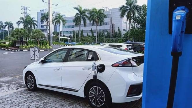 Ilustrasi pengecasan mobil listrik Hyundai Ioniq