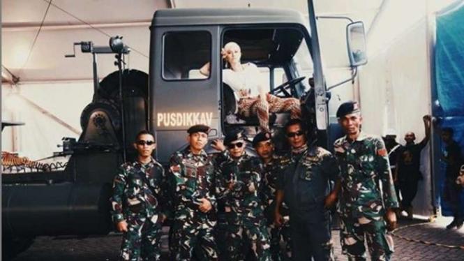 VIVA Militer : Agnes Monica bersama prajurit TNI AD
