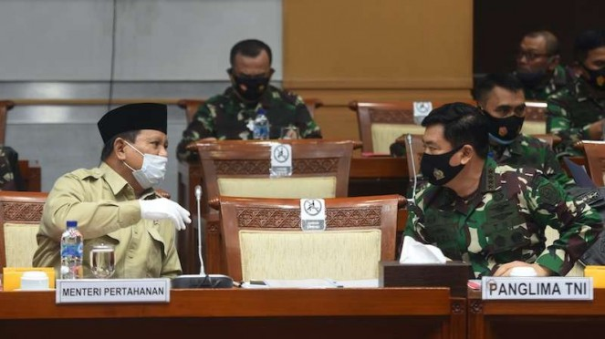 Menhan Prabowo Subianto (kiri) berbincang dengan Panglima TNI Marsekal TNI Hadi Tjahjanto (kanan) sebelum mengikuti rapat kerja dengan Komisi I DPR di Kompleks Parlemen, Senayan, Jakarta, Rabu (9/9/2020). (Foto ilustrasi)