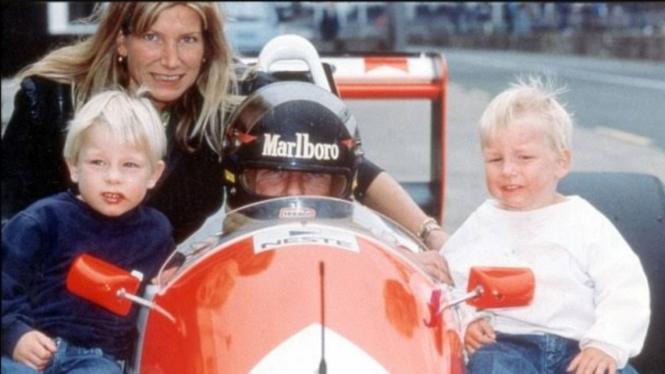 Legenda F1, James Hunt bersama kedua putranya, Tom dan Freddie.