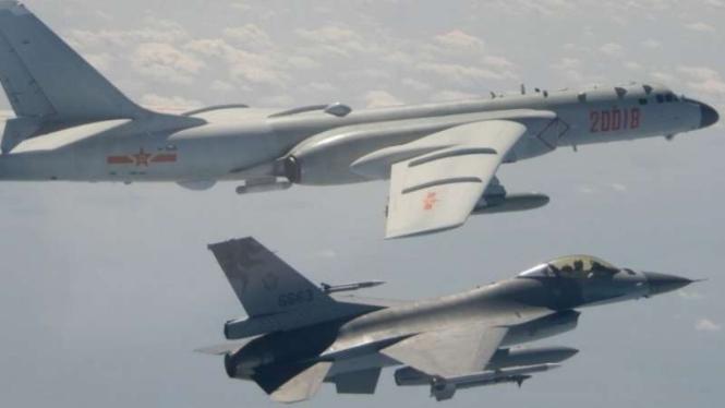 VIVA Militer: Jet tempur F-16 Taiwan mencegat pesawat pembom Xian H-6 China.