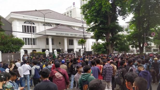 Ricuh di depan Gedung DPRD Jawa Barat