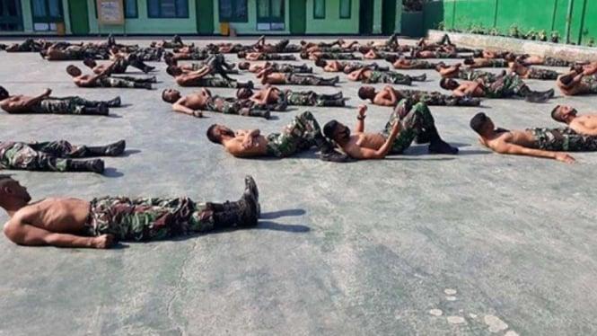 VIVA  Militer: Prajurit Kodam Udaya berjemur tangkal COVID-19 (ilustrasi)
