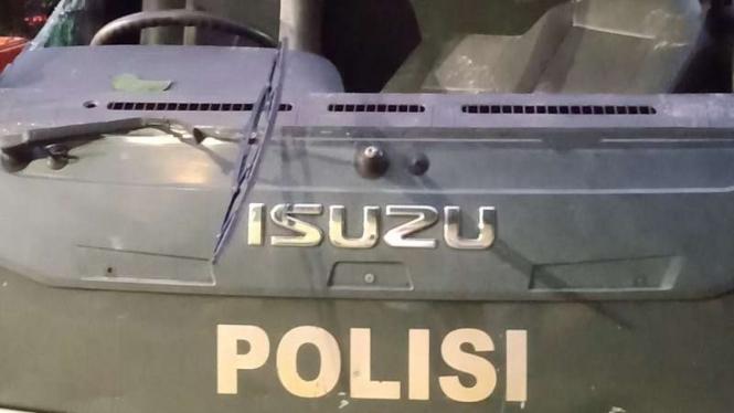Mobil tahanan polisi dirusak