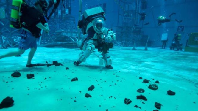 Seragam khusus astronot NASA untuk ke Bulan.