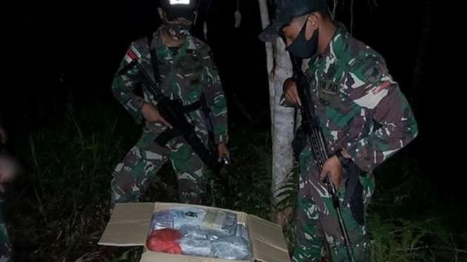 VIVA Militer: Prajurit TNI Yonif 642/Kapuas menemukan kardus.