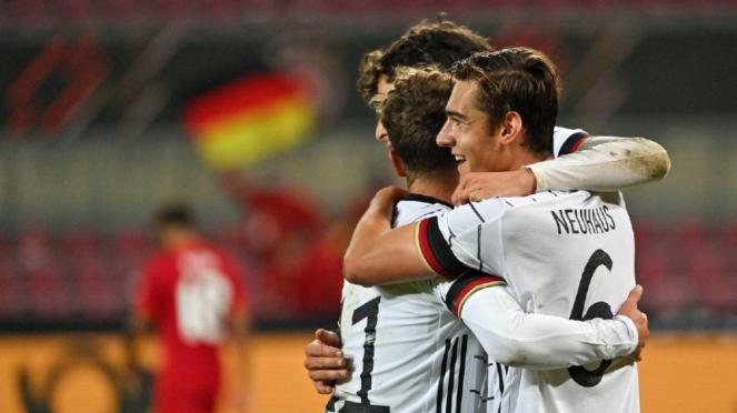 Para pemain Timnas Jerman merayakan gol Florian Neuhaus