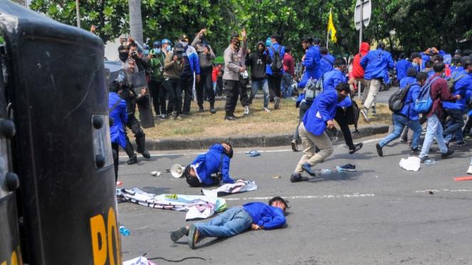 Mahasiswa tersungkur usai bentrok dengan kepolisian di Cikarang, Kab. Bekasi