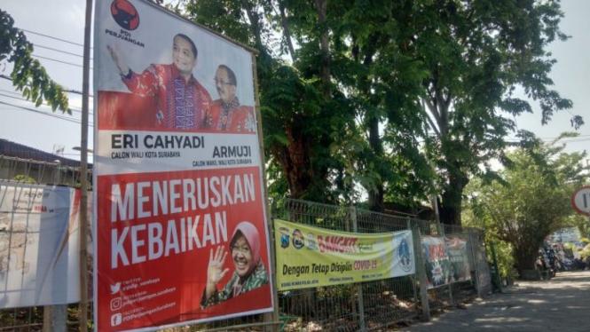 Foto Wali Kota Surabaya Risma yang terpasang di baliho kampanye pasangan calon Eri Cahyadi-Armudji.