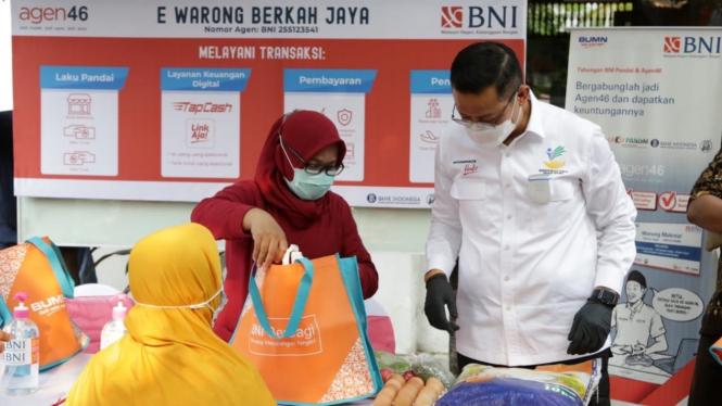 Mensos saat meninjau penyaluran bansos Program Keluarga Harapan (PKH) di Surabaya.