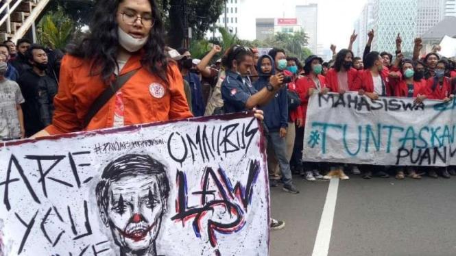 Demo mahasiswa di Patung Kuda soal Omnibus Law