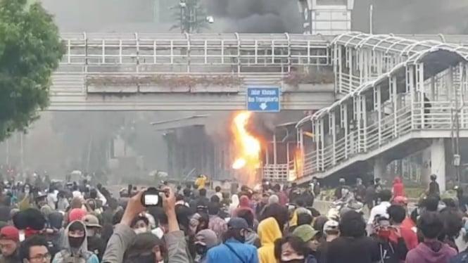 Massa demo Omnibus Law bakar halte bus TransJakarta Sarinah, Jakarta.