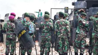 VIVA Militer: Prajurit TNI pukul mundur demonstran.