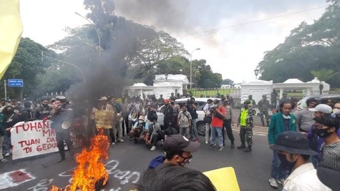 Aksi unjuk rasa tolak Omnibus Law di kawasan Istana Bogor