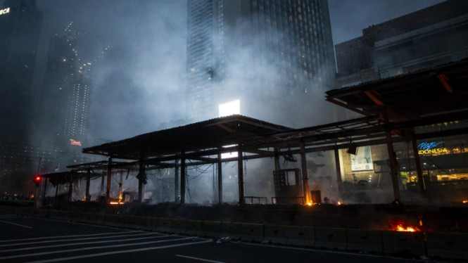 Halte Transjakarta Bundaran HI hangus terbakar saat demo tolak UU Cipta Kerja