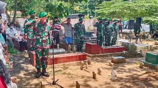 VIVA Militer: Prosesi pemakaman jenazah Kolonel Mar Darno.