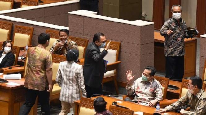 Sejumlah anggota DPR fraksi Partai Demokrat meninggalkan ruang sidang (walk out) saat pembahasan tingkat II RUU Cipta Kerja pada Rapat Paripurna di Kompleks Parlemen, Senayan, Jakarta, Senin (5/10/2020).