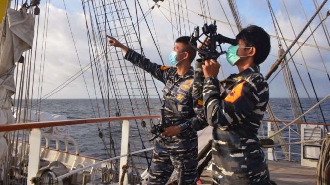 VIVA Militer: Taruni TNI AL Sedang Menggunakan Alat Sextant