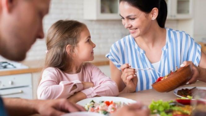 Ilustrasi parenting/orangtua dan anak/anak makan.