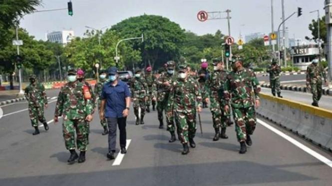 VIVA Militer : Pangdam Jaya ketika memantau langsung massa aksi UU Omnibus Law