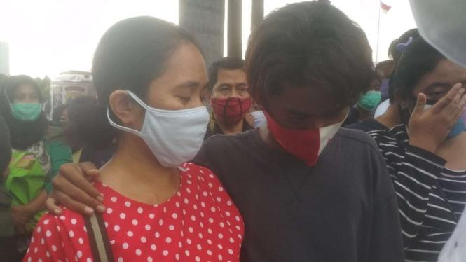 Seorang Ibu menangis saat menjemput anaknya yang demo di Mapolda Jawa Timur.