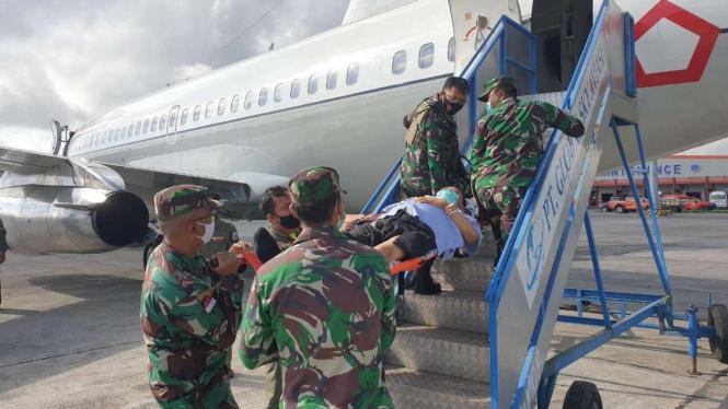 Evakuasi anggota TGPF kasus Intan Jaya dan prajurit TNI yang tertembak