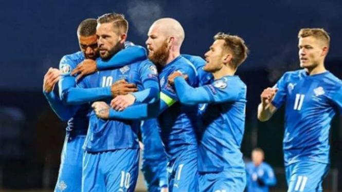 Pemain Islandia rayakan gol Gylfi Sigurdsson.