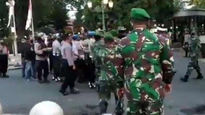 TNI selamatkan pendemo dari polisi.