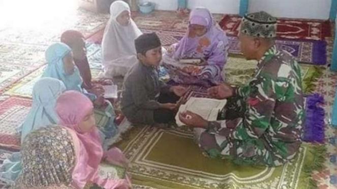 VIVA Militer: Koptu TNI Syahdan Shaleh mengarjkan ngaji.
