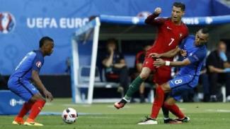 Cristiano Ronaldo saat dihantam Dimitri Payet di final Piala Eropa 2016