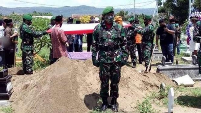 VIVA Militer: Prosesi pemakaman jenazah militer Mayor Alibasyah.