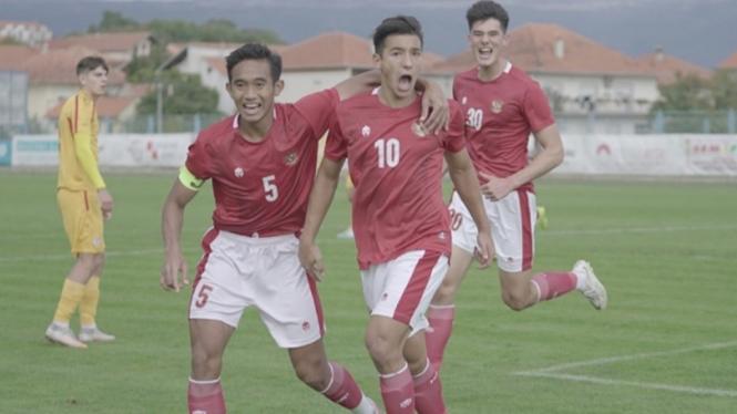 Jack Brown bersama skuad Timnas Indonesia U-19 merayakan gol ke gawang Makedonia Utara.