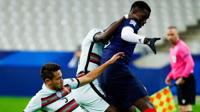 Paul Pogba saat berduel dengan Raphael Guerreiro di Prancis vs Portugal