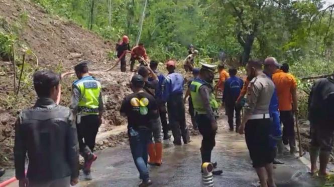 Evakuasi Material Longsor di Garut Selatan