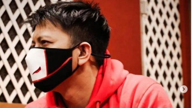 Ariel NOAH mengenakan masker karya Ferry Sunarto