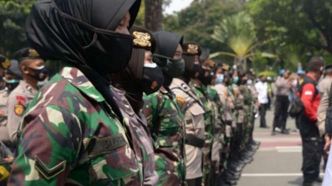 VIVA Militer: Tentara wanita TNI hadapi pendemo.